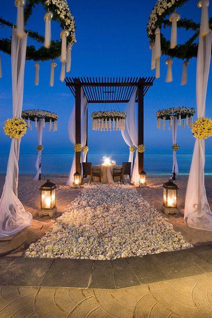 ceremonie,de,nuit,face,a,la,mer